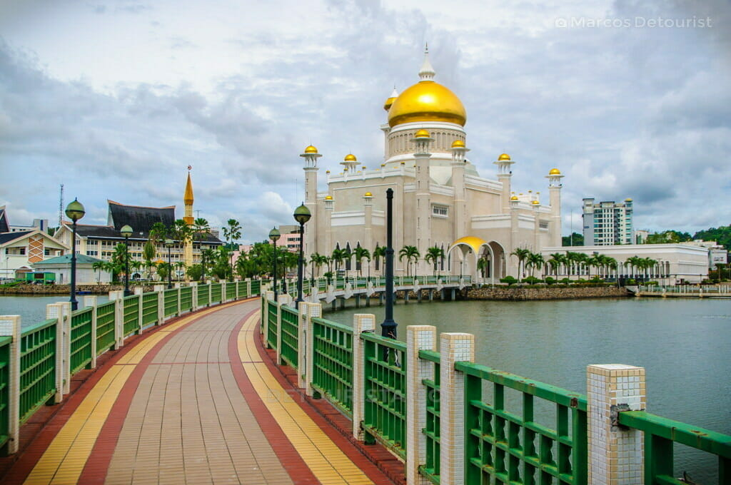 Pathway through the lagoon, to Omar Ali Saifuddien Mosque