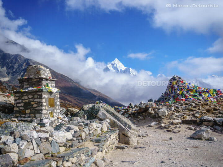 Everest Memorial near Dughla/Lobuche